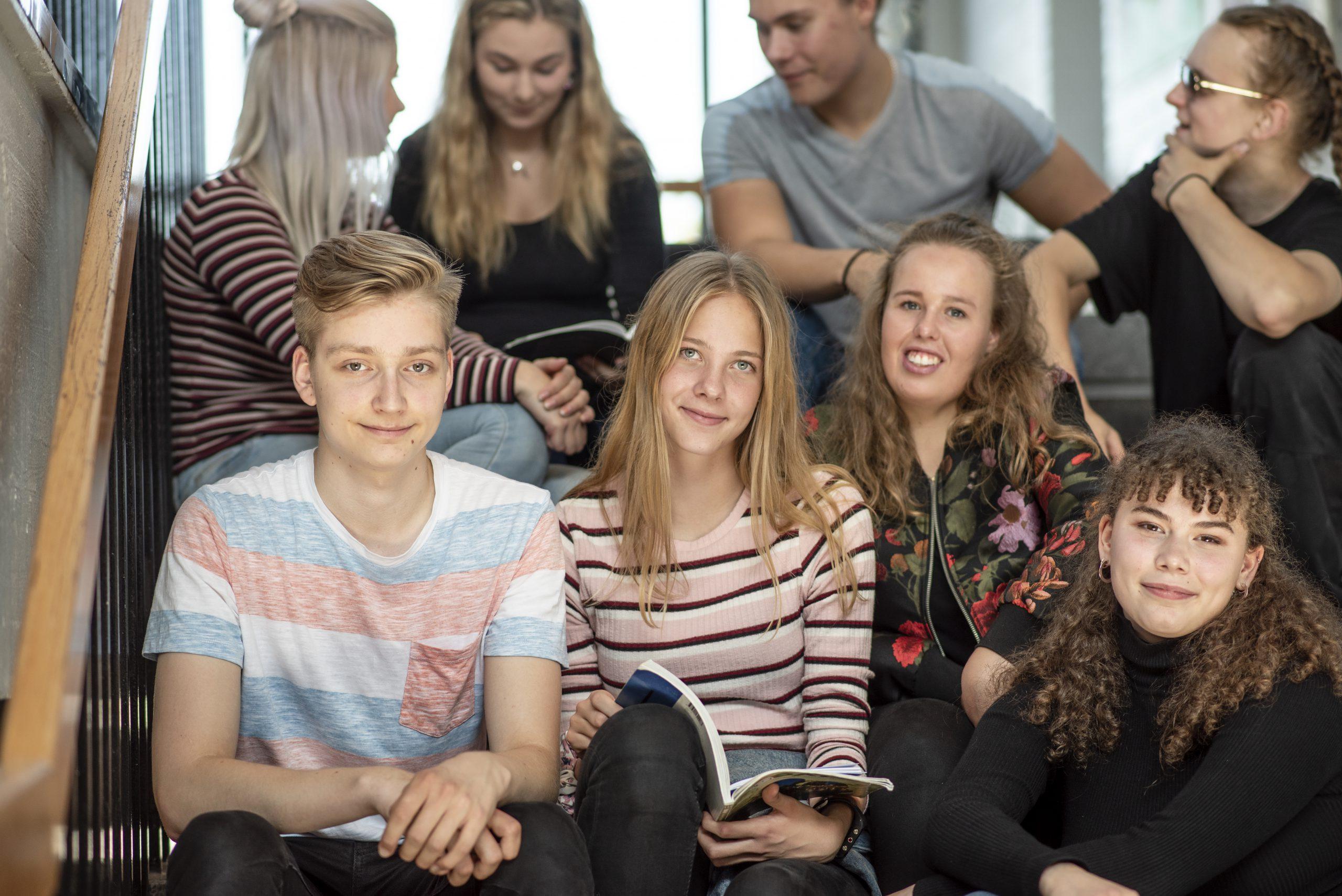Kuvassa ylhäällä abiturienttimme Jasmin,Max ja Astrid. Alarivissä Joona, Elisa ja Aliisa.